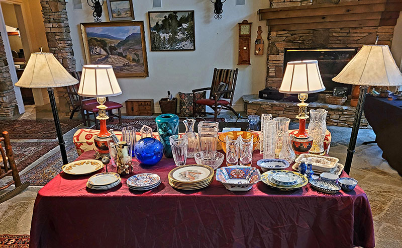 Table-of-crystal-and-lamps