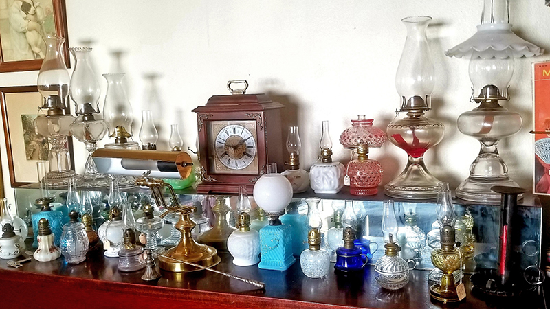 Table-of-Lamps-and-Clock